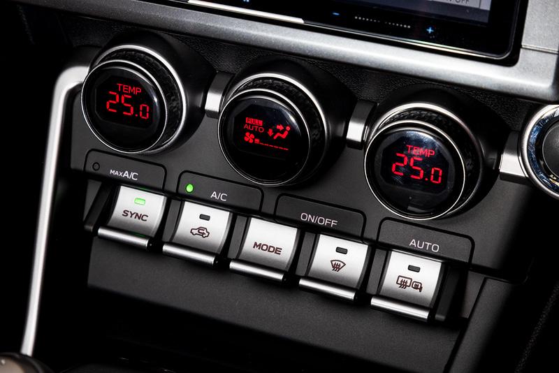 エアコン操作パネル。運転席、助手席で温度変更が可能なデュアルエアコンを装備している