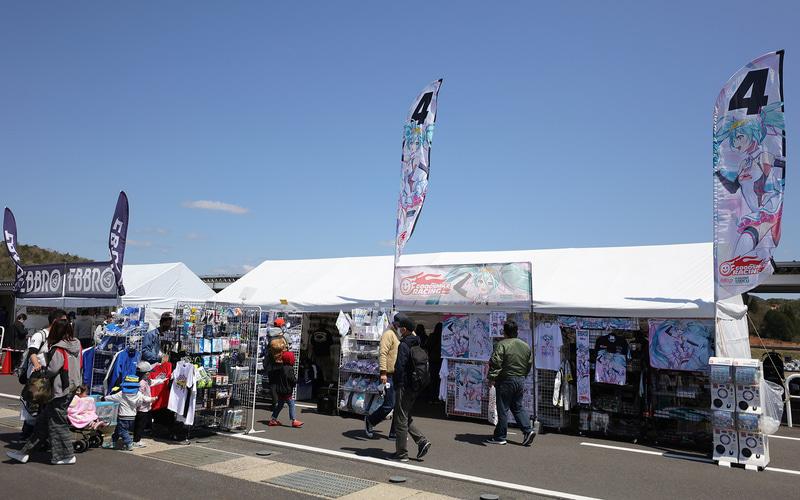 チームグッズのオフィシャルショップなど、イベント広場の展示も2年ぶり