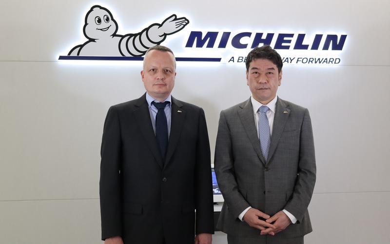 日本ミシュランタイヤ株式会社 前代表取締役社長 ポール・ペリニオ氏(左)、同 代表取締役社長 須藤元氏(右)
