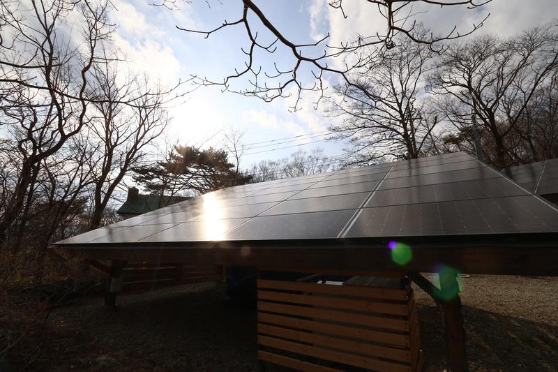 すべての建物の上には太陽光パネルがあり、カーポートも同様に太陽光パネルがある