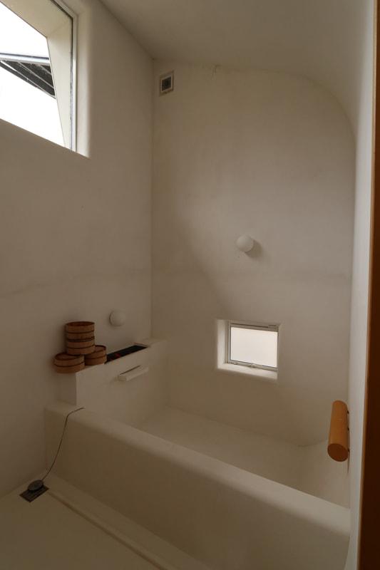 温泉棟には温泉を引いていて、浴室には外からの光も差し込む構造