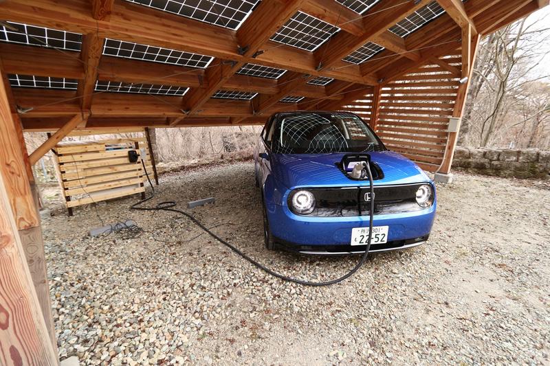 V2Hシステムと接続した。運転席から出ている細いケーブルは、停電からの復旧のためV2Hシステムに電源を供給するためのもの。