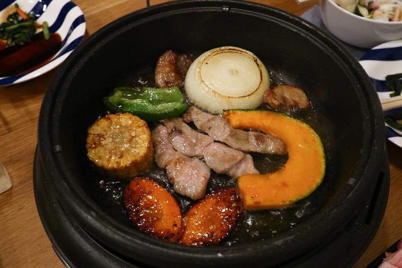 ホットプレートで肉と野菜を焼く。焦げ目もしっかりついて、野菜もしっかり火が通っている