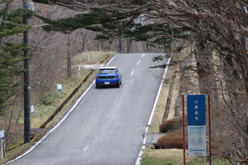 急坂のある山道でも、騒音も大量の排ガスもなしに軽々と登っていくHonda e