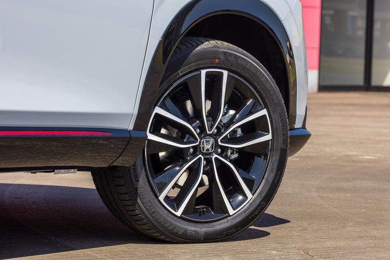 e:HEV Zとe:HEV PLaYのタイヤサイズは225/50R18。ブラックと切削コンビネーションのアルミホイールも標準