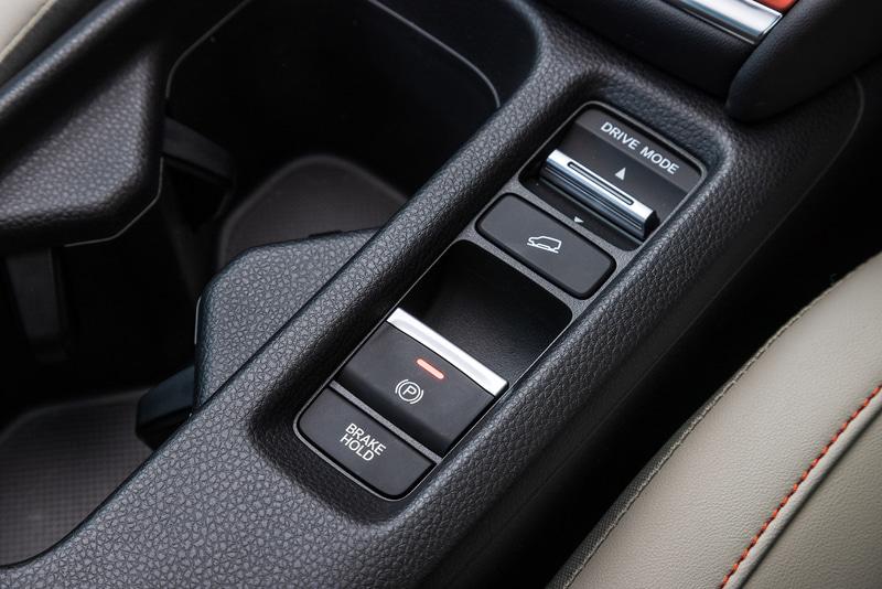 シフト横のセレクターでは加速度が異なる「ECON」「NORMAL」「SPORT」の3モードを選択可能。ヒルディセントコントロールは全車標準