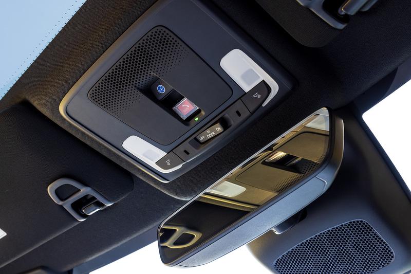 フロントシート頭上にはバックミラーと静電タッチ式のLEDマップランプを装備