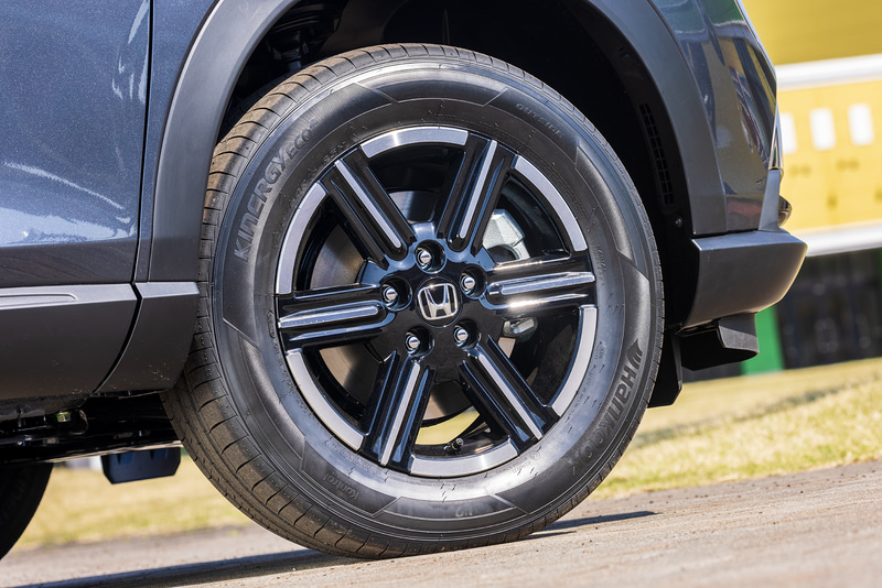 タイヤサイズは215/60R16。アルミホイールは標準装備