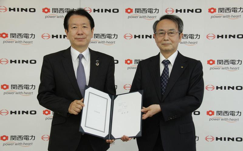 日野自動車下社長(左)と関西電力森本社長(右)