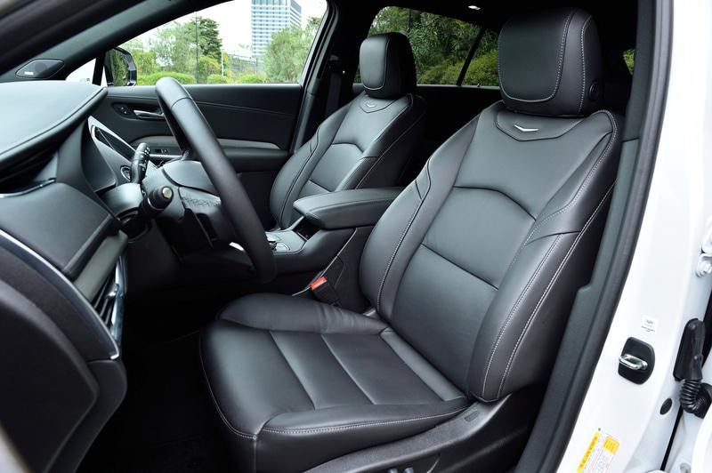 シートはすべて本革。運転席は8ウェイ調整パワーシートを採用、助手席は6ウェイ調整パワーシートとなる。また前後ともシートヒーターを標準装備