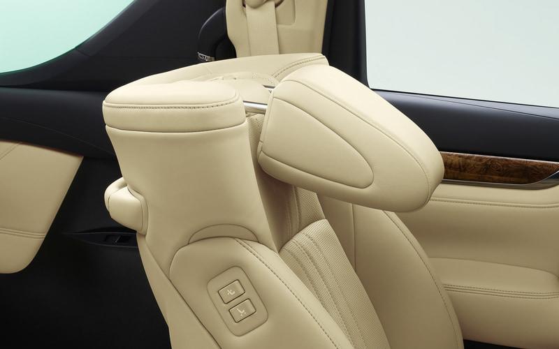 アルファード「Executive Lounge」「Executive Lounge S」では可倒式の助手席ヘッドレストを採用