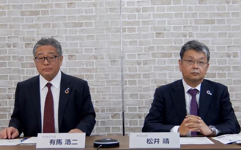 登壇した取締役社長の有馬浩二氏(左)、経営役員の松井靖氏(右)