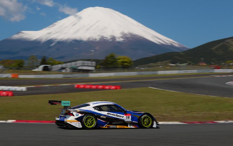 霊峰富士山をバックに伝統の富士500kmレースが開催された(朝の公式練習時)