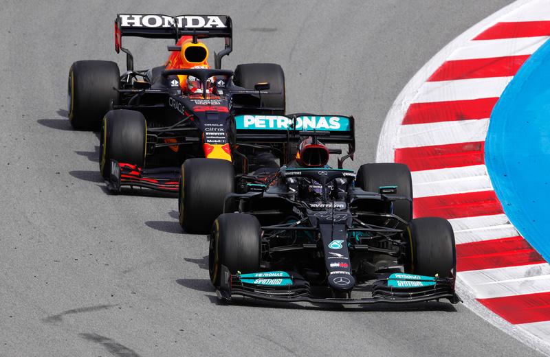 スペインGPでレッドブル・レーシング・ホンダのマックス・フェルスタッペン選手と激しいレースを展開するメルセデスのルイス・ハミルトン選手(C) LAT Images