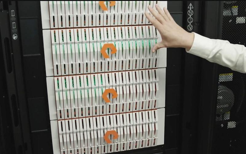 データセンターのラックに格納されているPure Storageのストレージ
