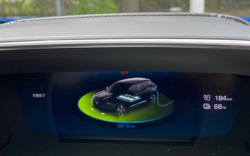 充電中は3D-iコクピットに、こんなに可愛いグラフィックが表示されました。EVによってこうした表示はぜんぜん違って、それを確認するのも面白いのですが、今のところe-2008は抜群の可愛さです