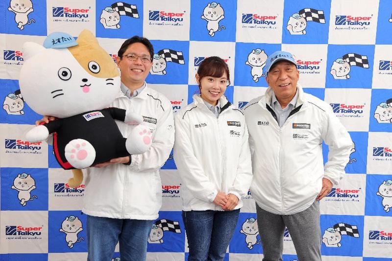 左からピットレポーターのMC 平田氏、MCの数野祐子氏、解説の福山英朗氏