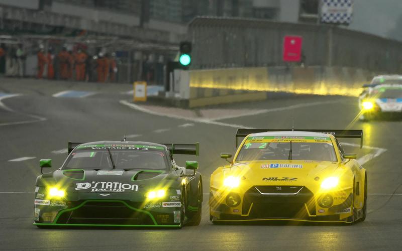 富士24時間、スタート直後のトップ争い。1時間経過した時点では9号車 MP Racing GT-Rがトップに立っていた