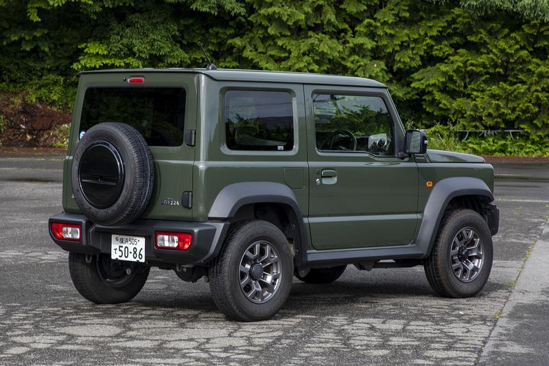 ジムニーシエラ JC。エクステリアで軽自動車のジムニーと大きな違いは幅広の前後バンパーとオーバーフェンダー。ボディサイズは3550×1645×1730mm(全長×全幅×全高)、ホイールベースは2250mm