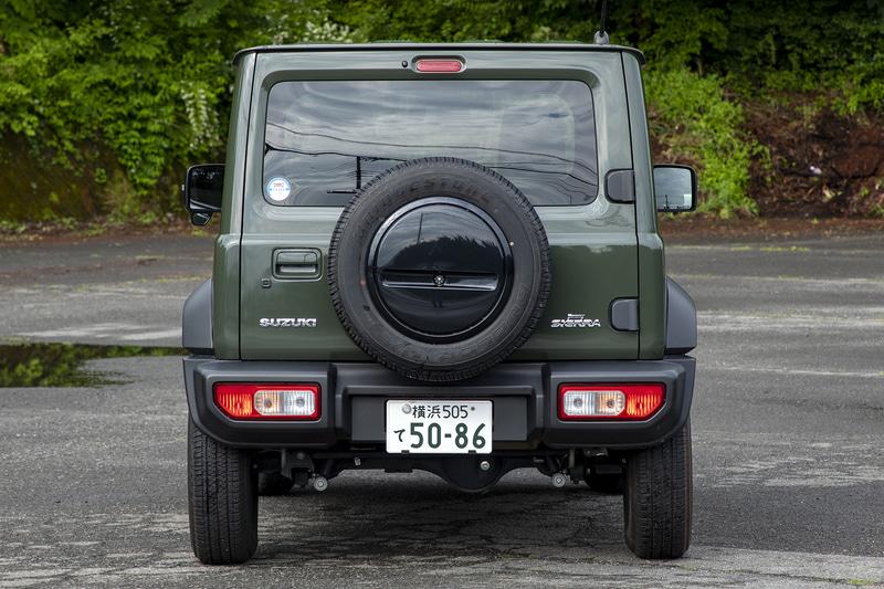 背面に装着されたスペアタイヤには専用ケースが付く。リアゲートは横開き式