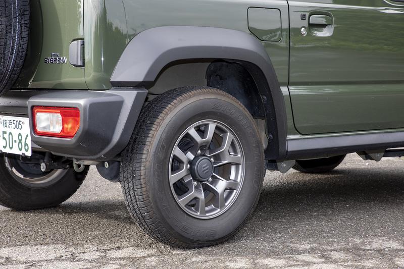 サスペンションは前後とも3リンクリジッドアクスル式コイルスプリング。タイヤサイズは195/80R15。最低地上高は210mm