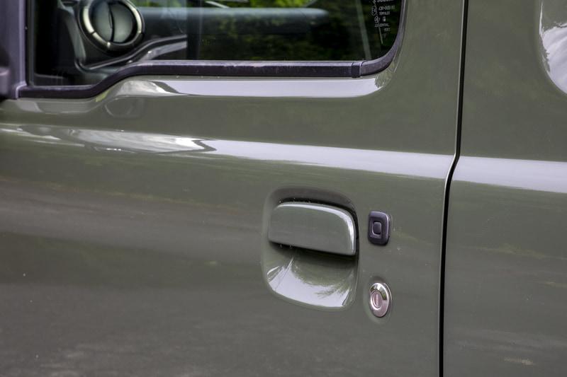 キーレスエントリー付き。リモコンのボタン操作で施錠/解除ができるほか、リモコンキーが各ドアから約80cm以内にある状態でドアのボタンを押すと施錠、解除もできる。いちいちリモコンを出さなくて済むし、夜間のアウトドアフィールドではドアのボタン操作のほうが使いやすいかも