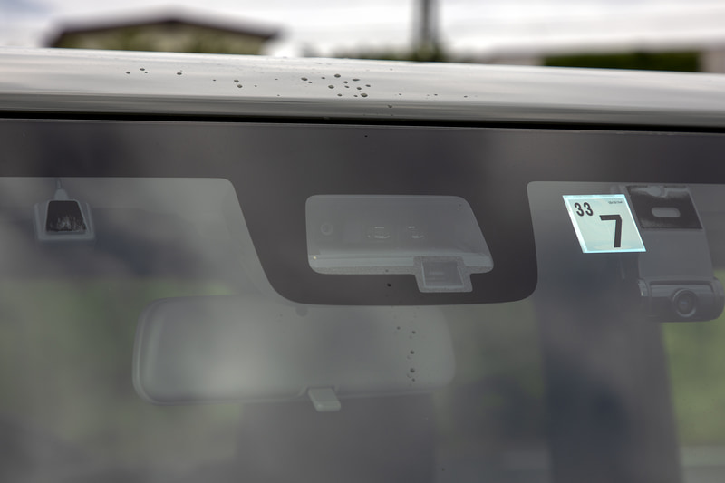 スズキ セーフティサポート装備。レーザーレーダーと単眼カメラがフロントウィンドウの上部に付いている。機能はデュアルセンサーブレーキサポート、誤発進抑制機能、車線逸脱警告、ふらつき警告、先行車発進お知らせ機能、標識認識機能