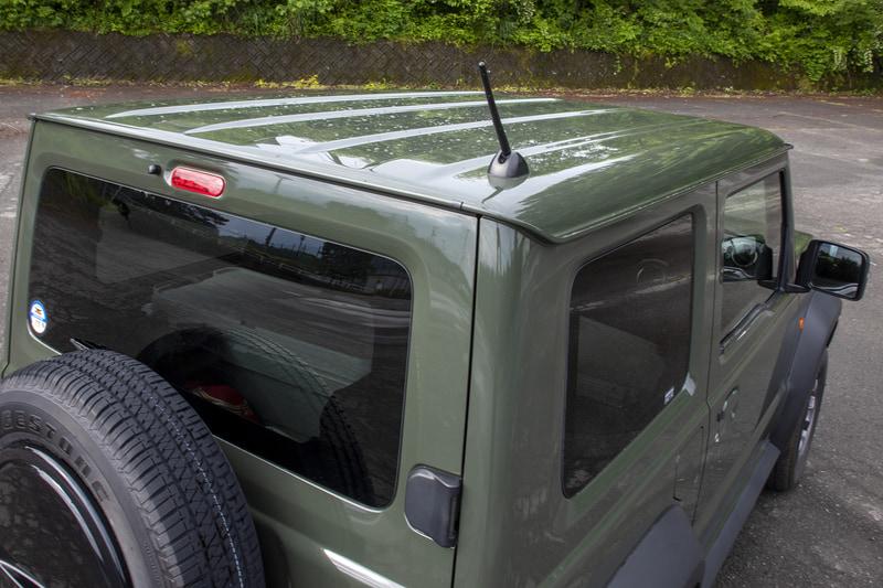 ルーフには可倒式アンテナが付き、ルーフサイドには雨どいがある。アウトドアフィールドでタープを張る場合はここにタープを抑えるアタッチメントを付けられるので、この手のクルマだと雨どいがあるのは便利