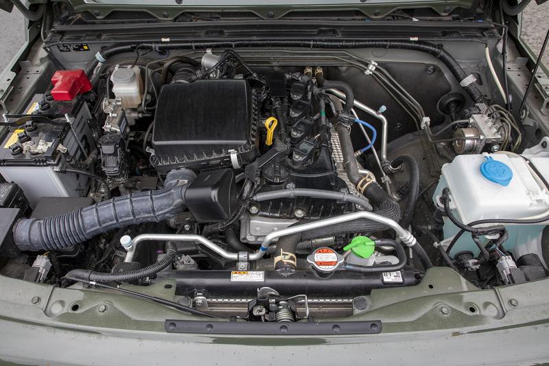 ジムニーシエラは直列4気筒DOHC 1.5リッター「K15B」型エンジンを搭載し、最高出力は75kW(102PS)/6000rpm、最大トルクは130Nm(13.3kgfm)/4000rpmを発生。WLTCモード燃費は15.0km/L