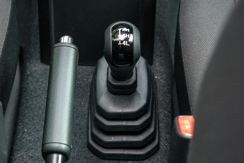 副変速機付きパートタイム4WD。パートタイム4WDの場合、4WD状態では走行フィーリングに独特のクセがあるので舗装路では2WDに手動で切り替えて走行するのが基本。いろいろとオートな機能が当たり前の現代で、こうしたアナログな面はかえって新鮮で楽しいと思った