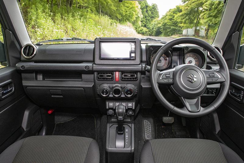 インパネまわりは軽自動車のジムニーと同じくシンプルな作り。ドアにスイッチ類はなく、ミラー系スイッチはインパネ右下、パワーウィンドウ系スイッチはセンターコンソールに付いている。ステアリングにはオーディオとメーター内のインフォメーションを切り替えるスイッチがある