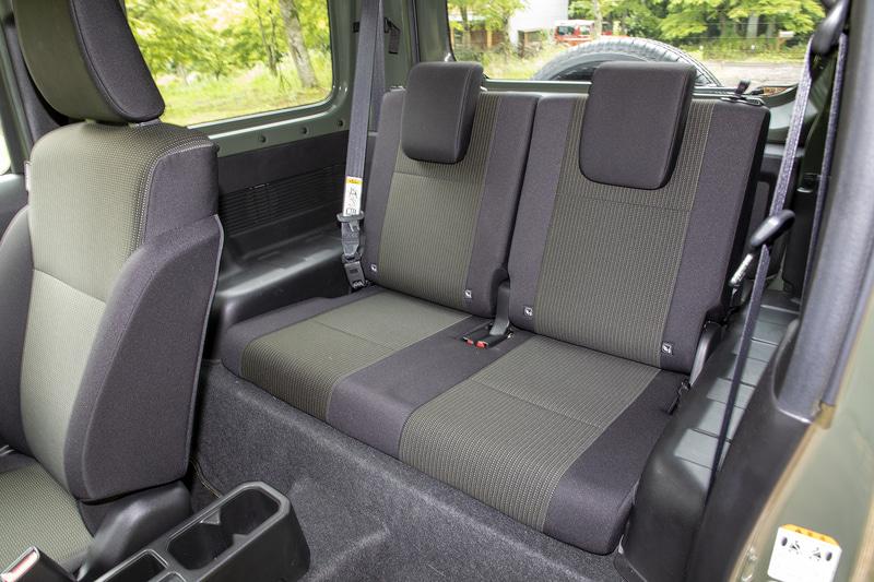 リアシートは足下を含めて広くはないが、背もたれはリクライニングできる。ヘッドレストも上に伸ばすこともできるので乗車姿勢の調整は可能