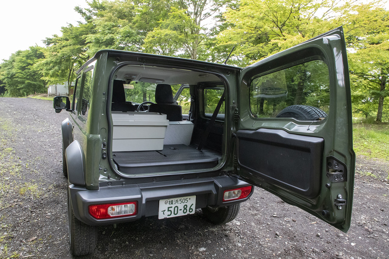 大きめのボックスだがリアシートを倒せば余裕で積める。片側を倒す状態でも収まるだろう。キャンプもしたいときでも、このボックスに加えてテント、寝袋、そのほかの用具を積むスペースはある
