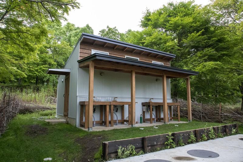 炊事場とトイレ棟。こちらのキャンプ場が気になった方はインスタグラムで「anothplace」と検索してほしい