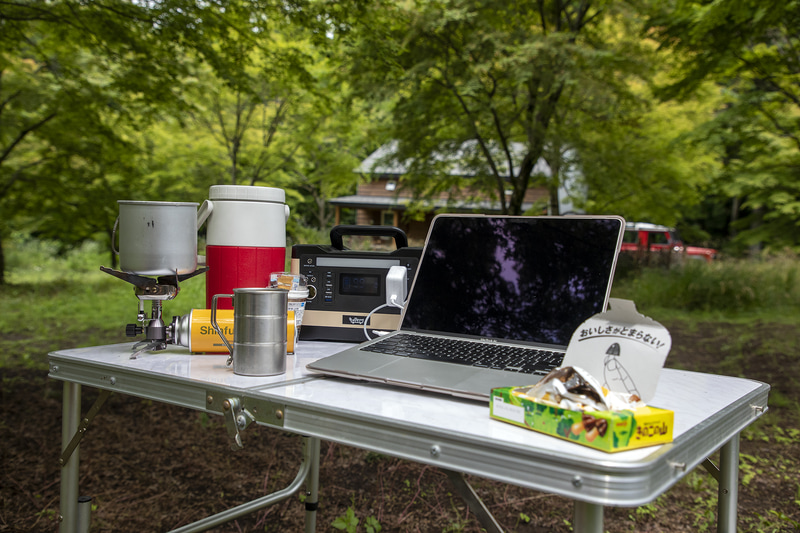パソコン、ポータブル電源とバーナーと水ボトル、カップ。キャンプ場にWi-Fiがある場合はそれを使うが、anothplaceにWi-Fi設備がまだないので今回は自前。ちなみにテレワークでキャンプ場を借りるときはスマホの電波が入るか、Wi-Fi設備はあるかを事前に確認することは大事なポイント