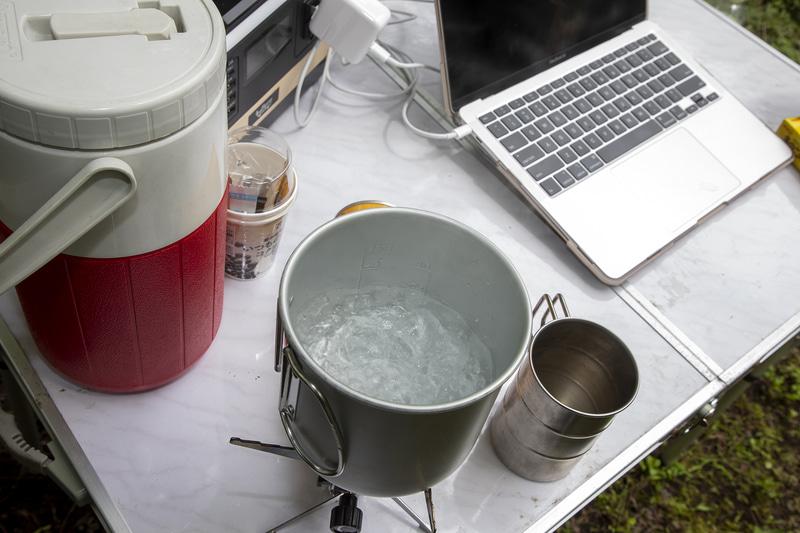 とりあえずお湯を沸かしてコーヒーを入れる。こうしたクッカーであれば炒めものなどもできるので、荷物を増やさずにいろいろやりたいと思う人向きかも