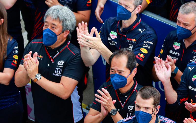 2優勝したマックス・フェルスタッペン選手の表彰台の下から拍手を送るホンダF1 マネージングディレクター 山本雅史氏(左)とホンダF1 テクニカルディレクター 田辺豊治氏