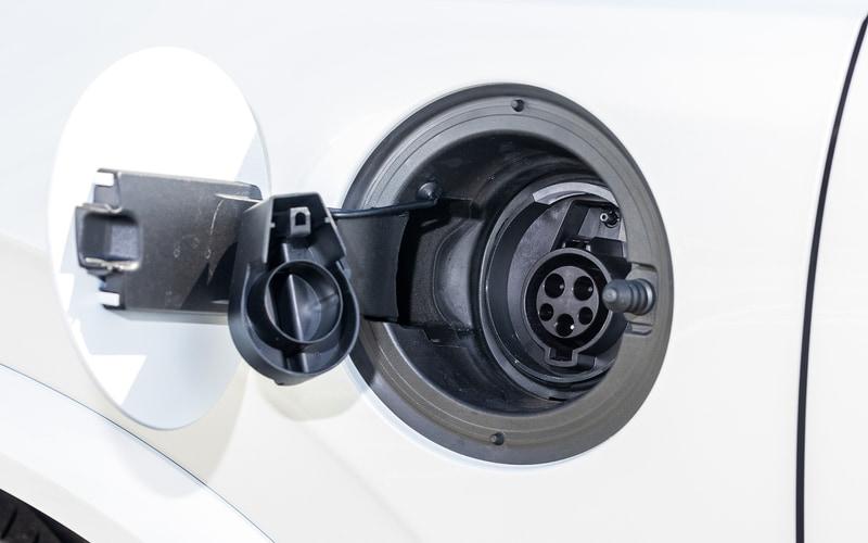 試乗車の足下は21インチのアルミ合金ホイールにコンチネンタルのスポーティコンフォートタイヤ「PremiumContact 6」(275/40R21)をセット