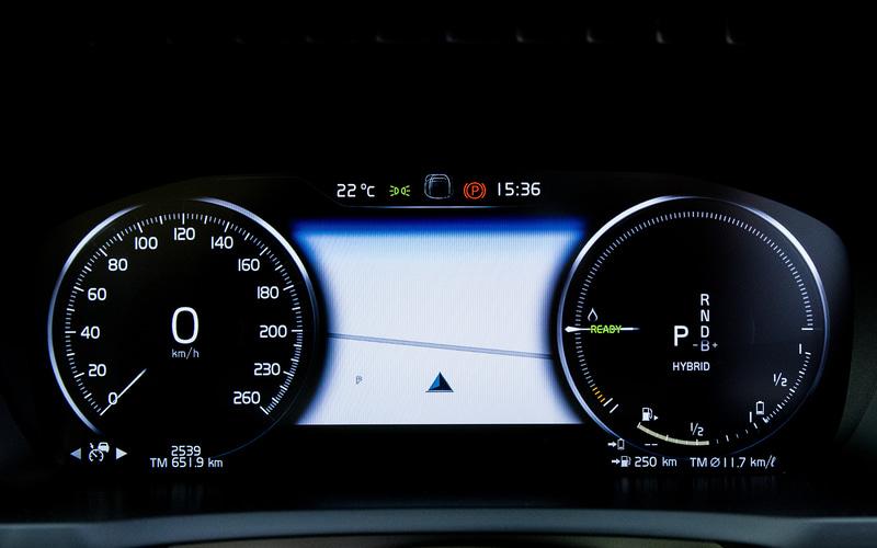 7名乗車が可能なXC90 RECHARGE PLUG-IN HYBRID T8 AWD INSCRIPTIONのインテリアは上質で清潔感のあるもの。スウェーデン・オレフォスのクリスタルガラス・シフトノブなどが目を引く