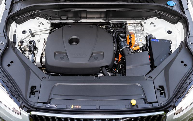 プラグインハイブリッドは直列4気筒DOHC 2.0リッター直噴ガソリンターボエンジン(スーパーチャージャー付)と、前後輪に電気モーターを搭載し、エンジンの最高出力は233kW(318PS)/6000rpm、最大トルクは400Nm(40.8kgm)/2200-5400rpm。燃料消費率は12.8km/L(WLTCモード)。電気モーターのみで40.6kmのEV走行が可能になっている