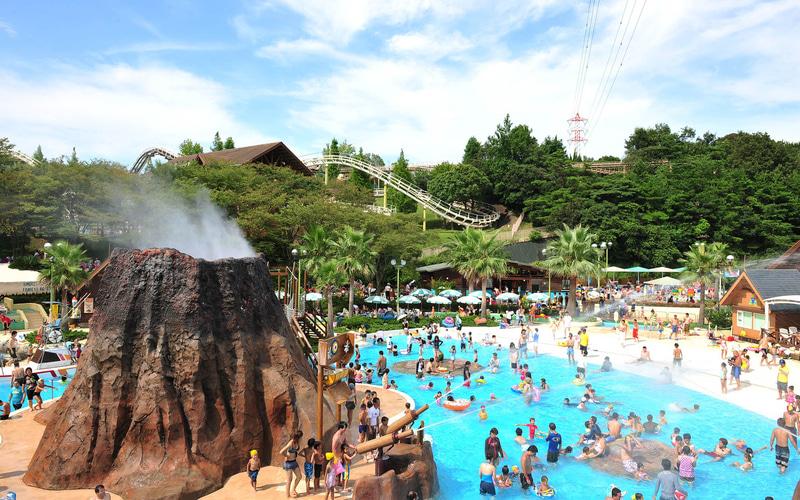 「アドベンチャーマウンテン」は水深60㎝以下の浅瀬のプールで、噴水火山を中心に、自然をテーマにした水遊びが楽しめるエリア