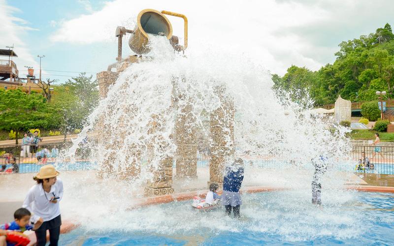 「アドベンチャーリバー」は大量の水が一気に流れ落ちる「勇気の聖杯」など、大量の水を使った仕掛けが楽しめる流水プール