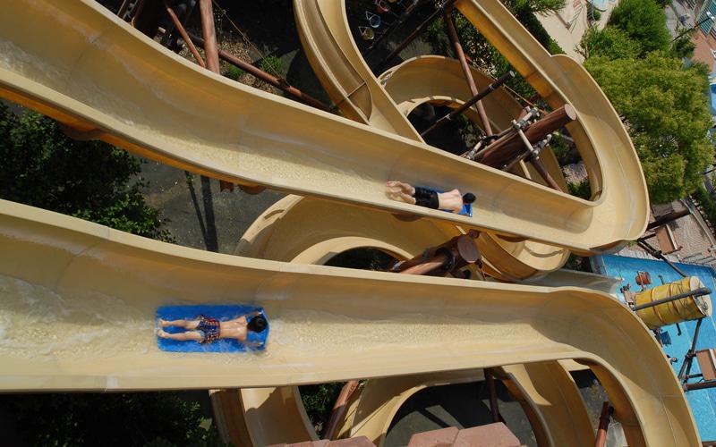 「パワーバトルスライド」は2つのレーンを別々に出発し、2人で基準タイムクリアを目指すスライダー。コース全長は80mあり、身長120cm以上の利用制限がある