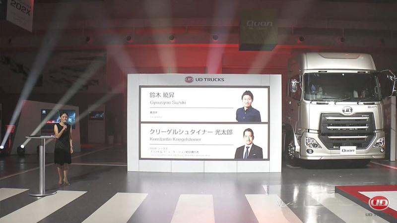UDアクティブステアリングを搭載したクオンによる大型トラックでの書道に挑戦する動画が公開された