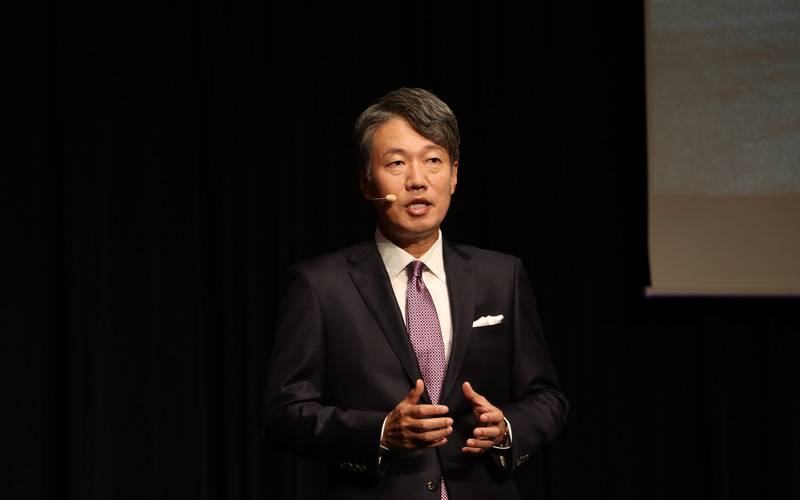 マイバッハの商品説明を行なうメルセデス・ベンツ日本株式会社 代表取締役社長兼CEOの上野金太郎氏