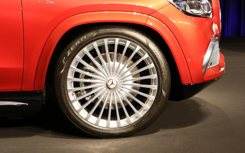 フロントグリルのピンストライプをモチーフとした23インチの鍛造ホイールは、ポリッシュ仕上げのマルチスポークデザイン