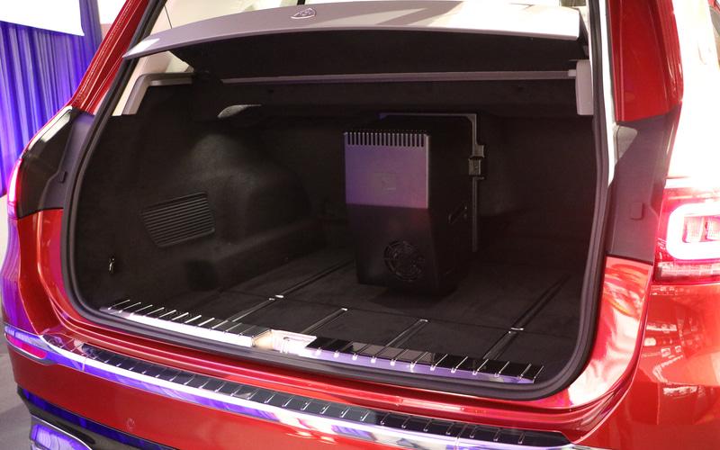 ラゲッジスペース容量は400L(中央にあるのは冷蔵庫。冷蔵個がない場合の容量は460L)