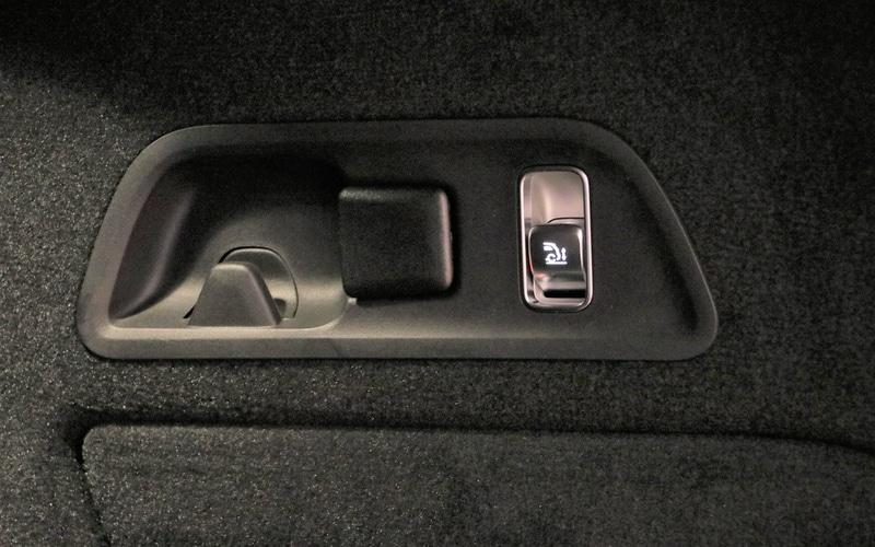 ラゲッジスペース内には荷物の積み降ろしをしやすくする車高調整ボタンを配備