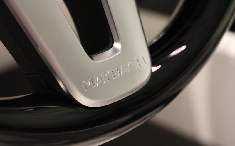 ステアリング、アクセルペダル、ブレーキペダル、スカッフプレートなどにもマイバッハの文字やエンブレムが添えられる