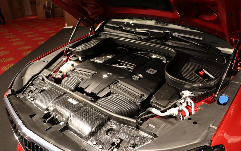 V型8気筒4.0リッターツインターボ「M177」型エンジンに48V電気システムとISG(インテグレーテッド・スターター・ジェネレーター)を組み合わせ、最高出力410kW(558PS)/6000-6500rpm、最大トルク730Nm/2500-4500rpmを発生(欧州参考値)。9速ATが組み合わせられる